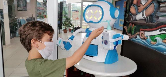 ates-olcup-dezenfektan-sikarak-maske-veren-robot-tasarladilar-6386-dhaphoto6.jpg