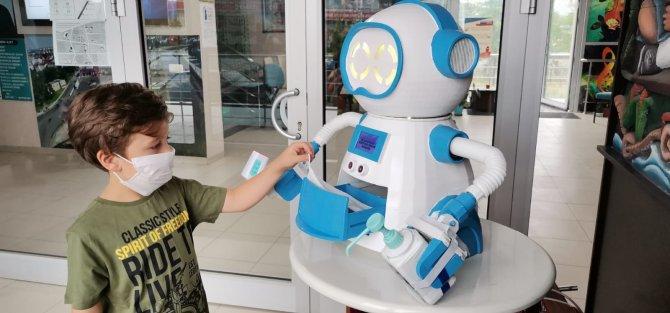 ates-olcup-dezenfektan-sikarak-maske-veren-robot-tasarladilar-6386-dhaphoto8.jpg