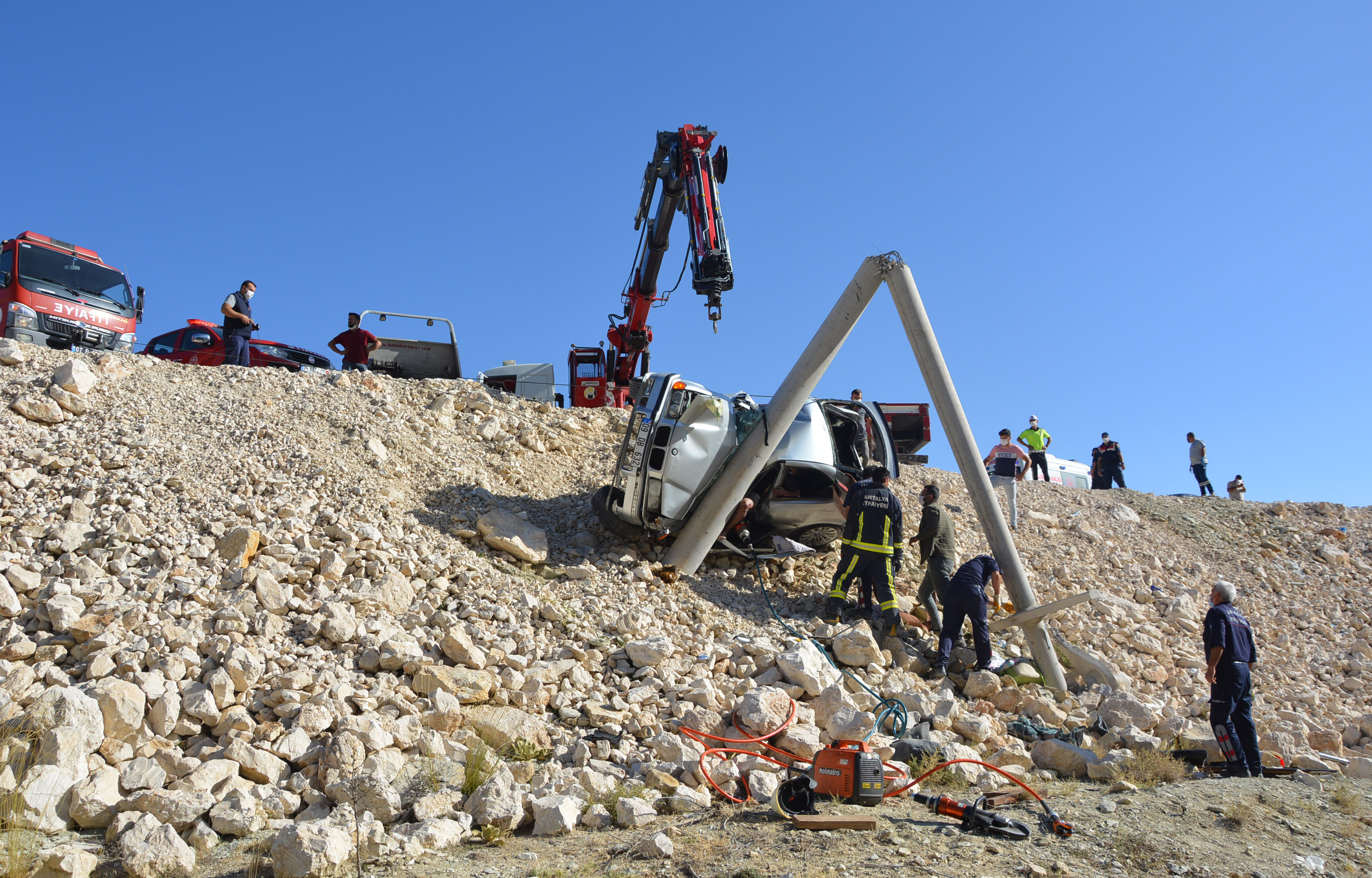 beton-direge-carpan-otomobildeki-kadin-oldu-oglu-ve-esi-yaralandi-8984-dhaphoto2.jpg