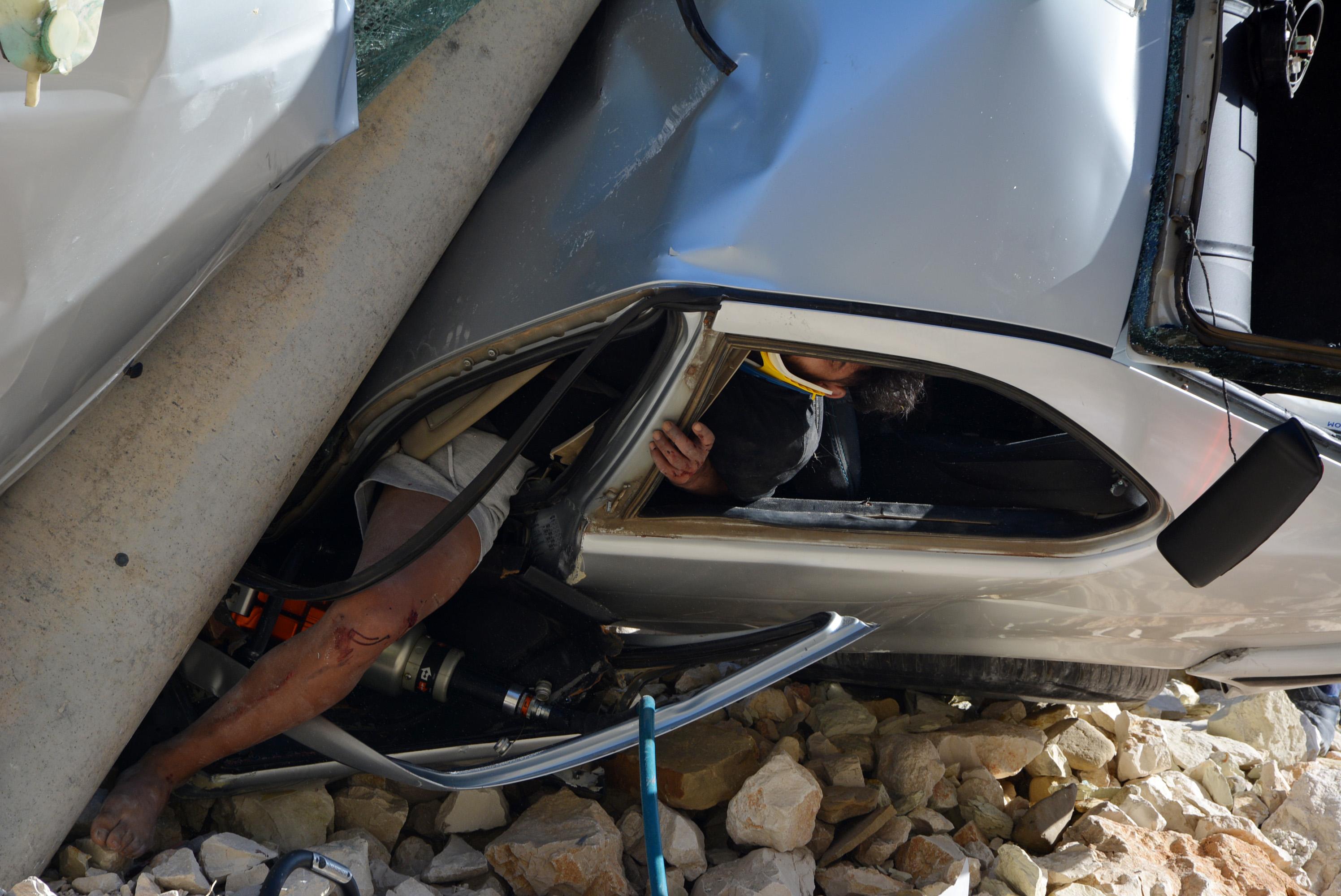 beton-direge-carpan-otomobildeki-kadin-oldu-oglu-ve-esi-yaralandi-8984-dhaphoto3.jpg