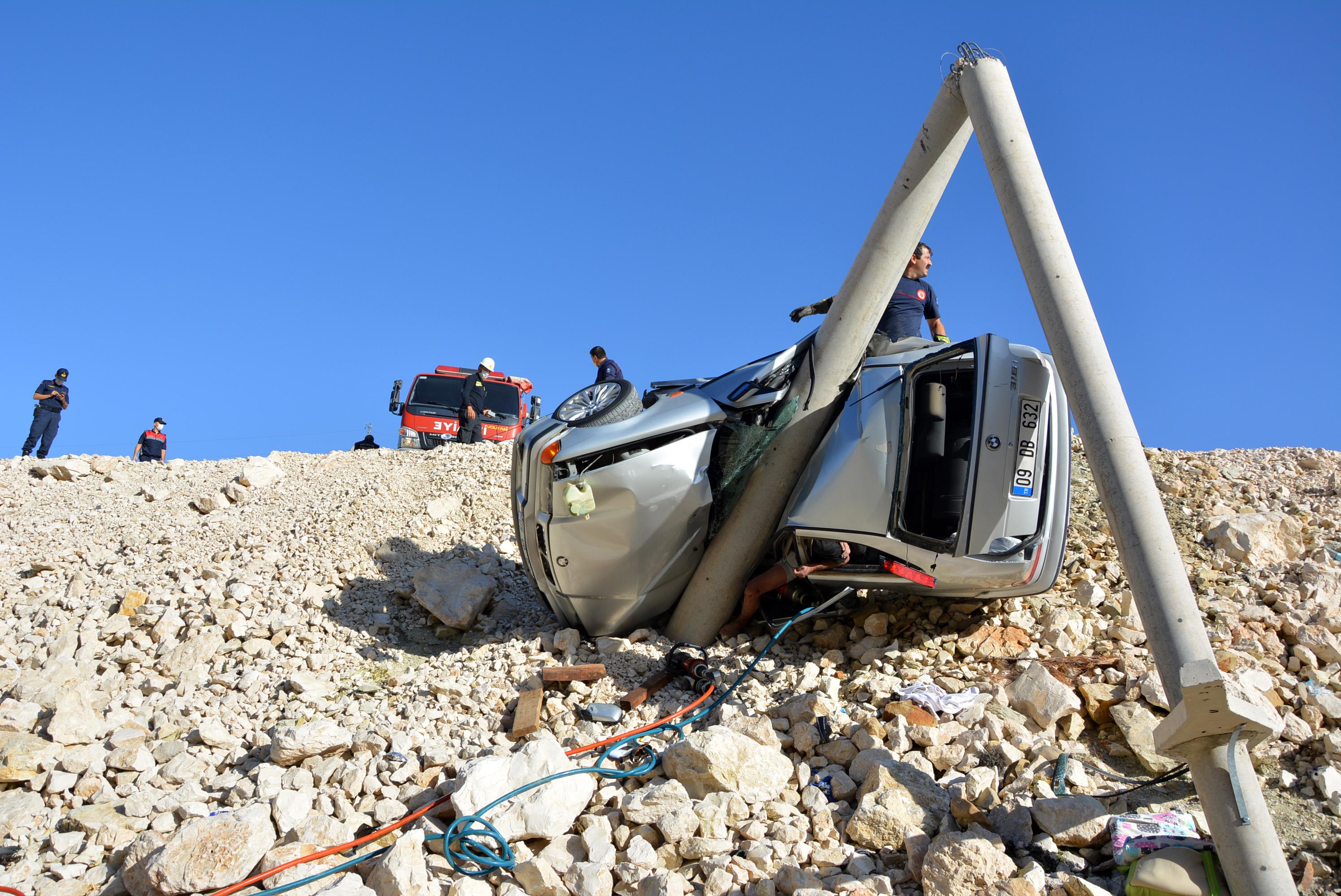 beton-direge-carpan-otomobildeki-kadin-oldu-oglu-ve-esi-yaralandi-8984-dhaphoto4.jpg