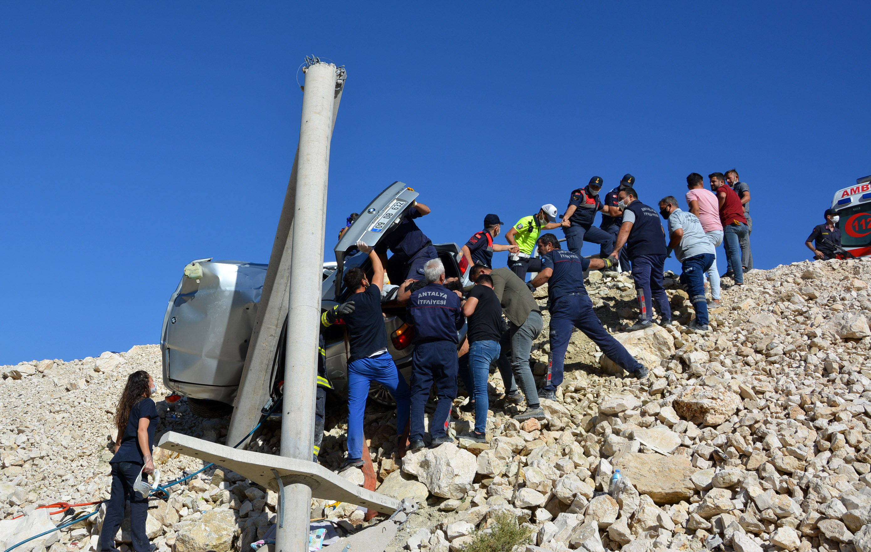 beton-direge-carpan-otomobildeki-kadin-oldu-oglu-ve-esi-yaralandi-8984-dhaphoto5.jpg
