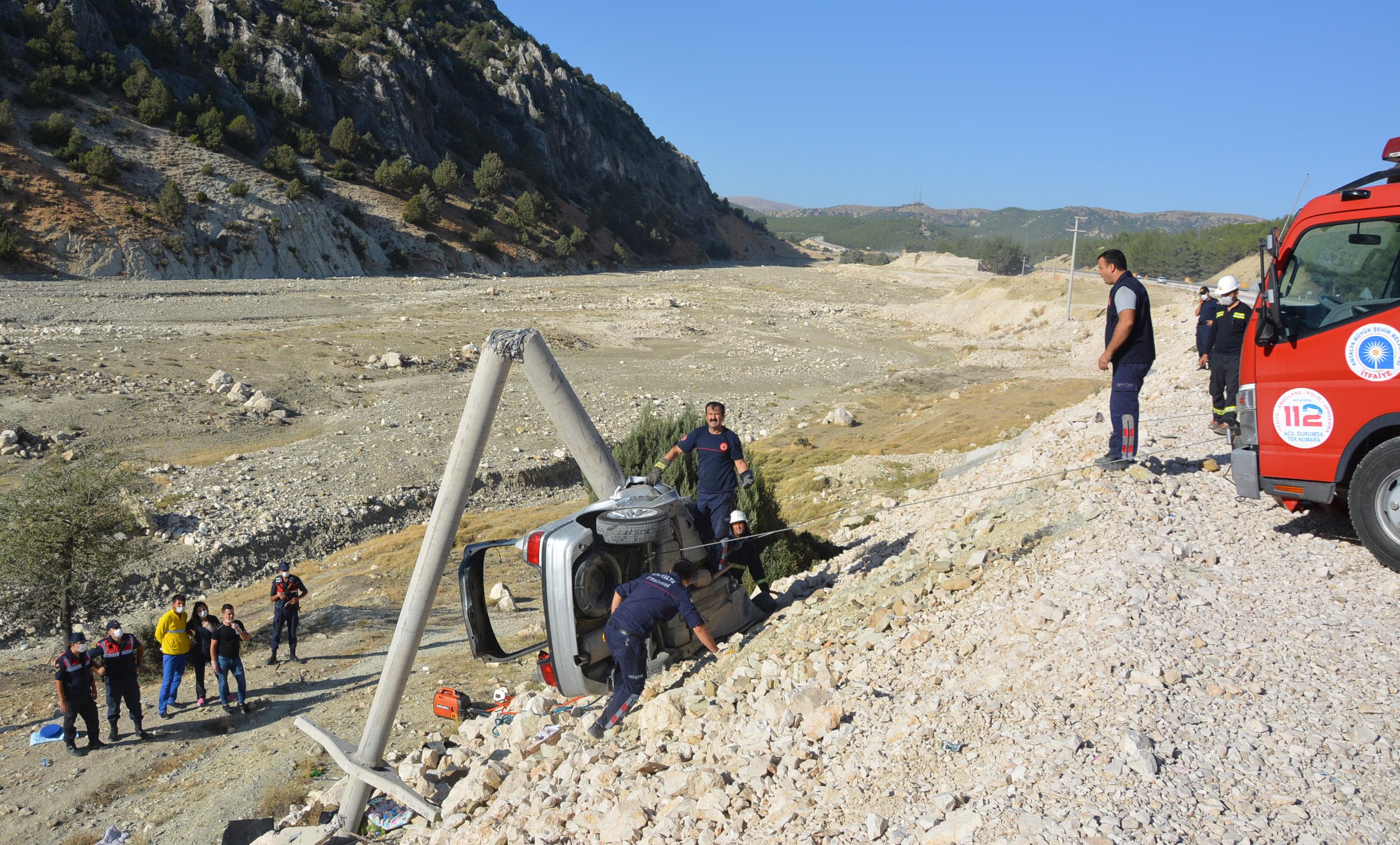 beton-direge-carpan-otomobildeki-kadin-oldu-oglu-ve-esi-yaralandi-8984-dhaphoto6.jpg