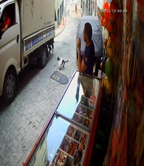 beyoglunda-hareket-halindeki-kamyonetten-hirsizlik-anlari-kamerada-4435-dhaphoto3.jpg