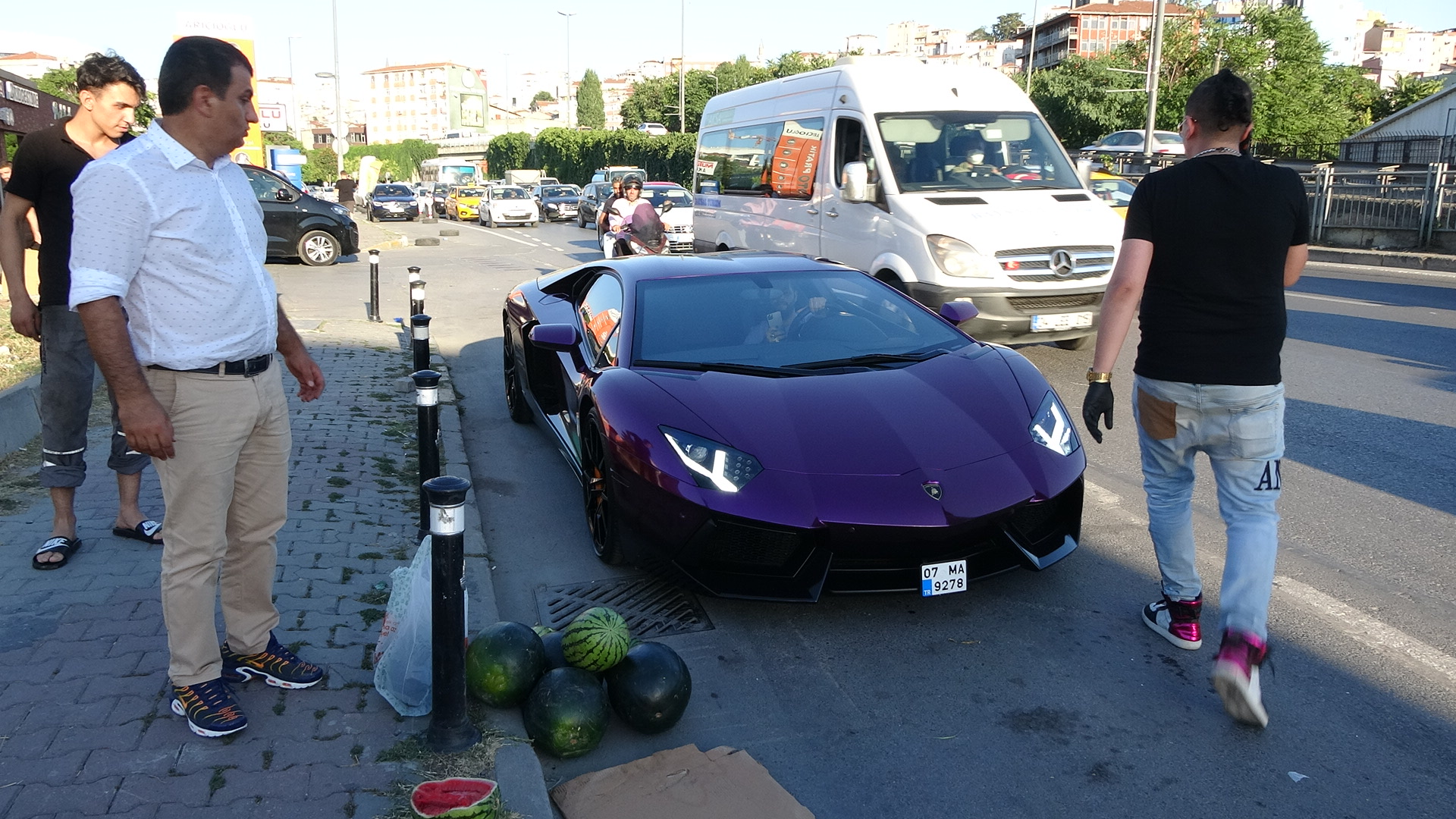 beyoglunda-luks-otomobilde-5-liraya-karpuz-satti-7151-dhaphoto10.jpg