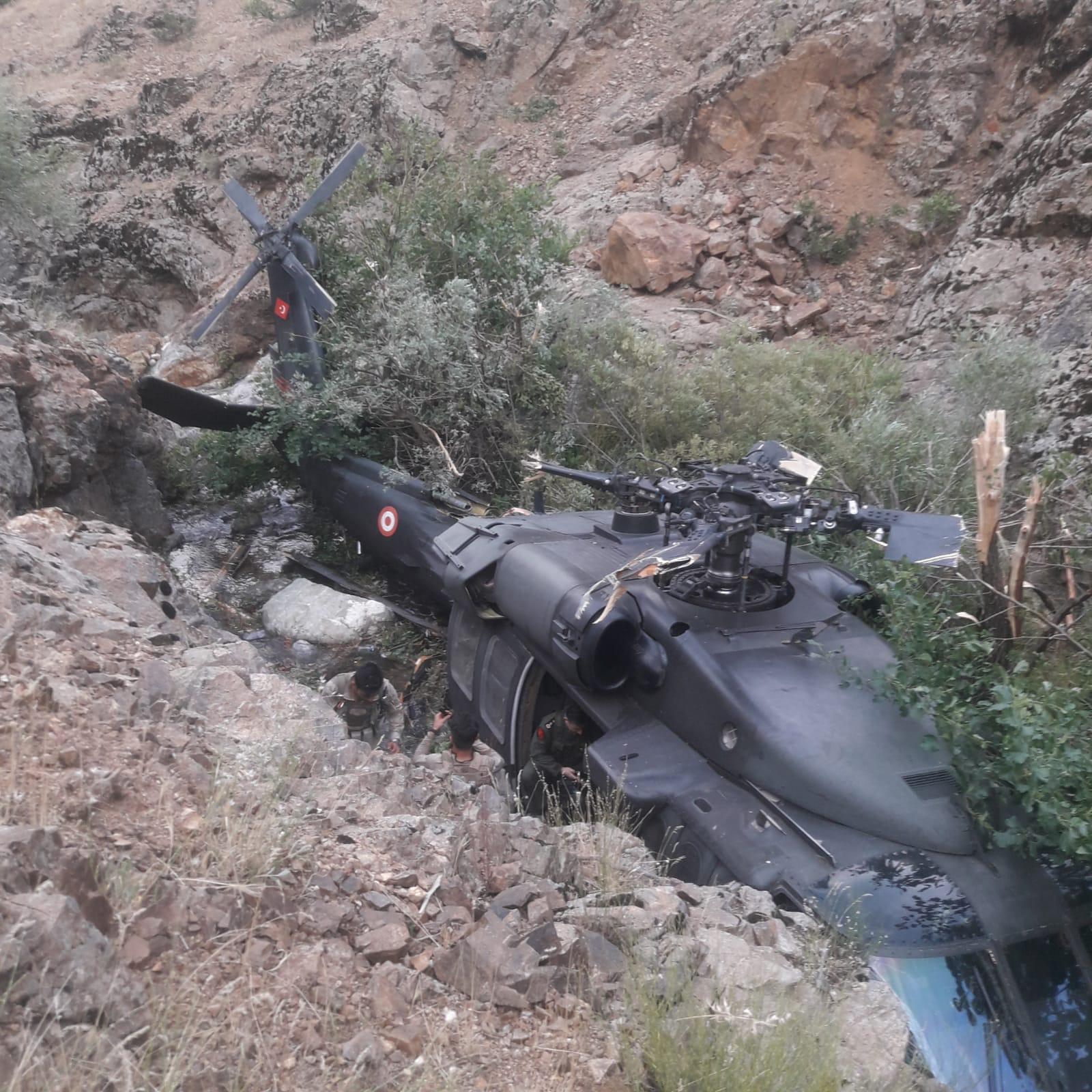 bingolde-askerleri-tasiyan-helikopter-ariza-nedeniyle-zorunlu-inis-yapti-9225-dhaphoto1.jpg