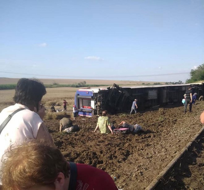 corluda-yolcu-treninin-vagonu-devrildi-yaralilar-var-ek-fotograflar_2370_dhaphoto1-001.jpg