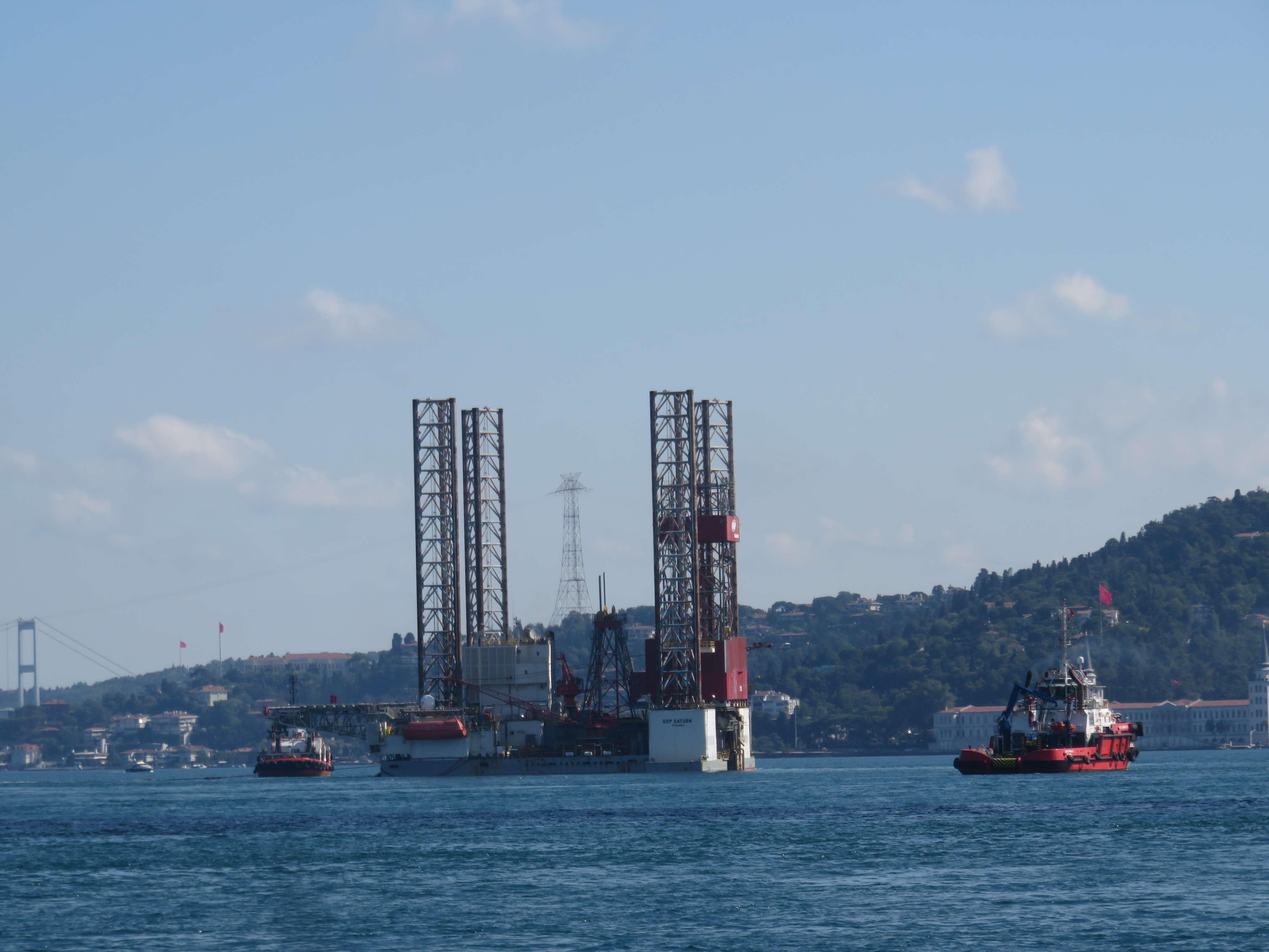 dev-petrol-platformu-istanbul-bogazindan-geciyor-1-5711-dhaphoto6.jpg