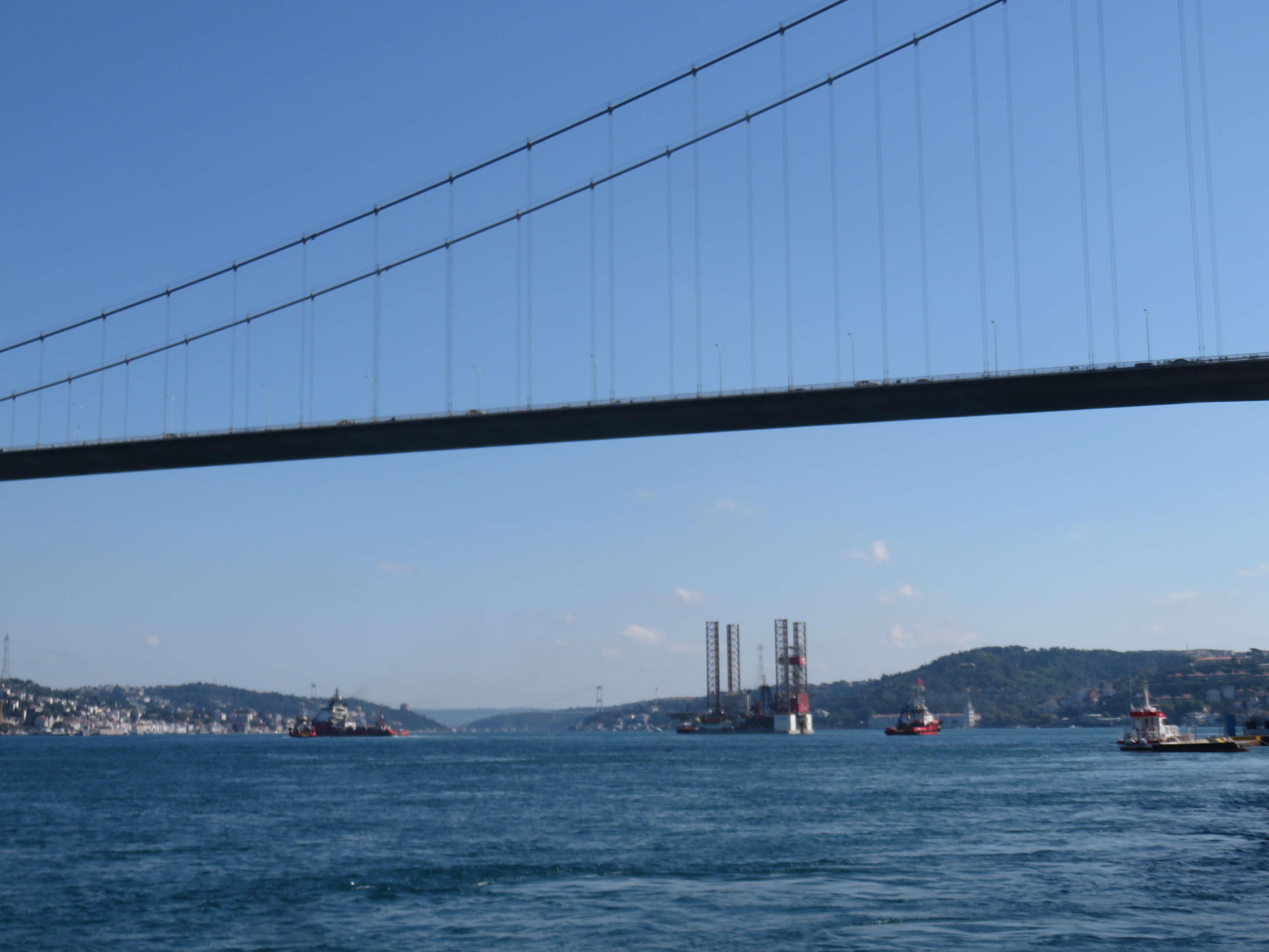 dev-petrol-platformu-istanbul-bogazindan-geciyor-1-5711-dhaphoto7.jpg