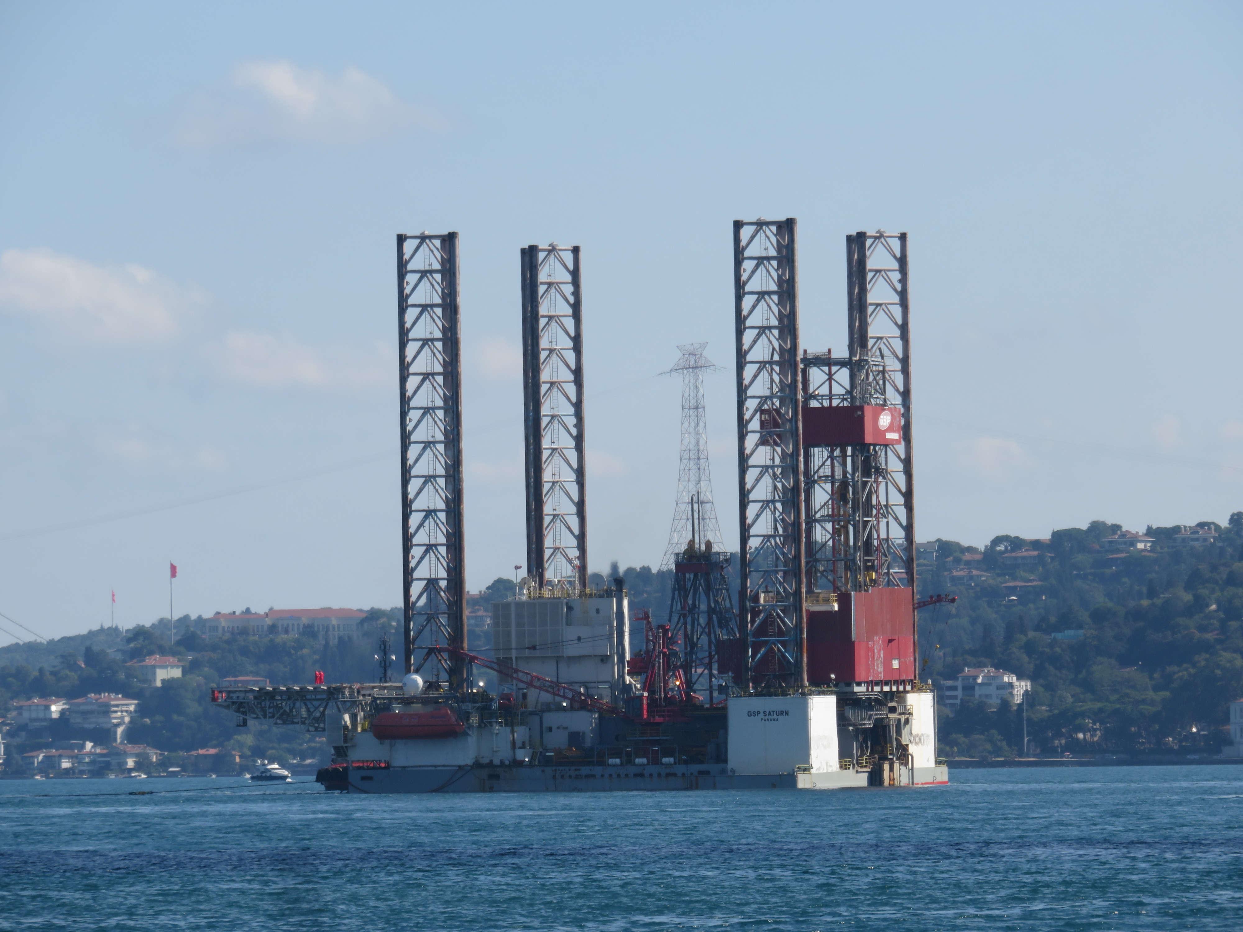 dev-petrol-platformu-istanbul-bogazindan-geciyor-1-5711-dhaphoto8.jpg