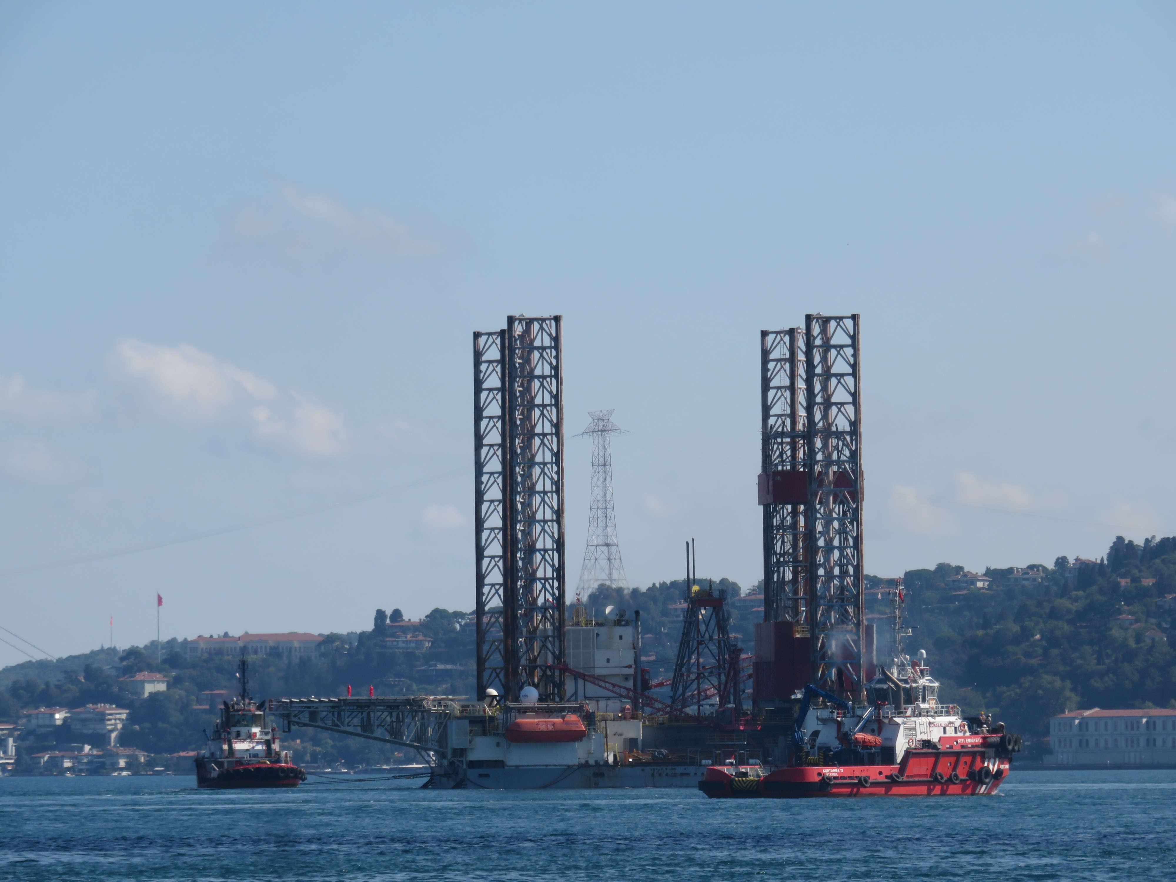 dev-petrol-platformu-istanbul-bogazindan-geciyor-1-8647-dhaphoto1.jpg