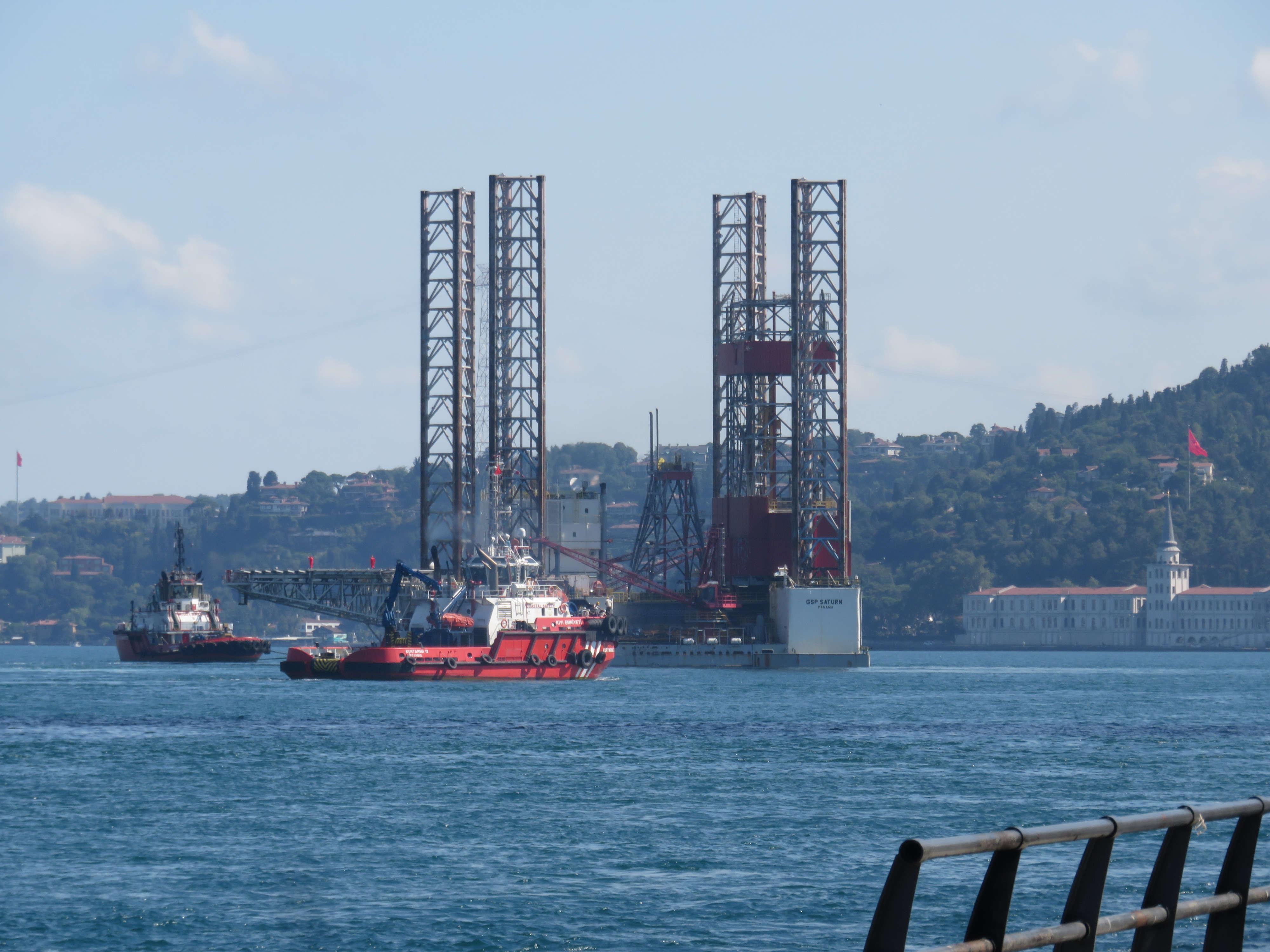 dev-petrol-platformu-istanbul-bogazindan-geciyor-1-8647-dhaphoto2.jpg