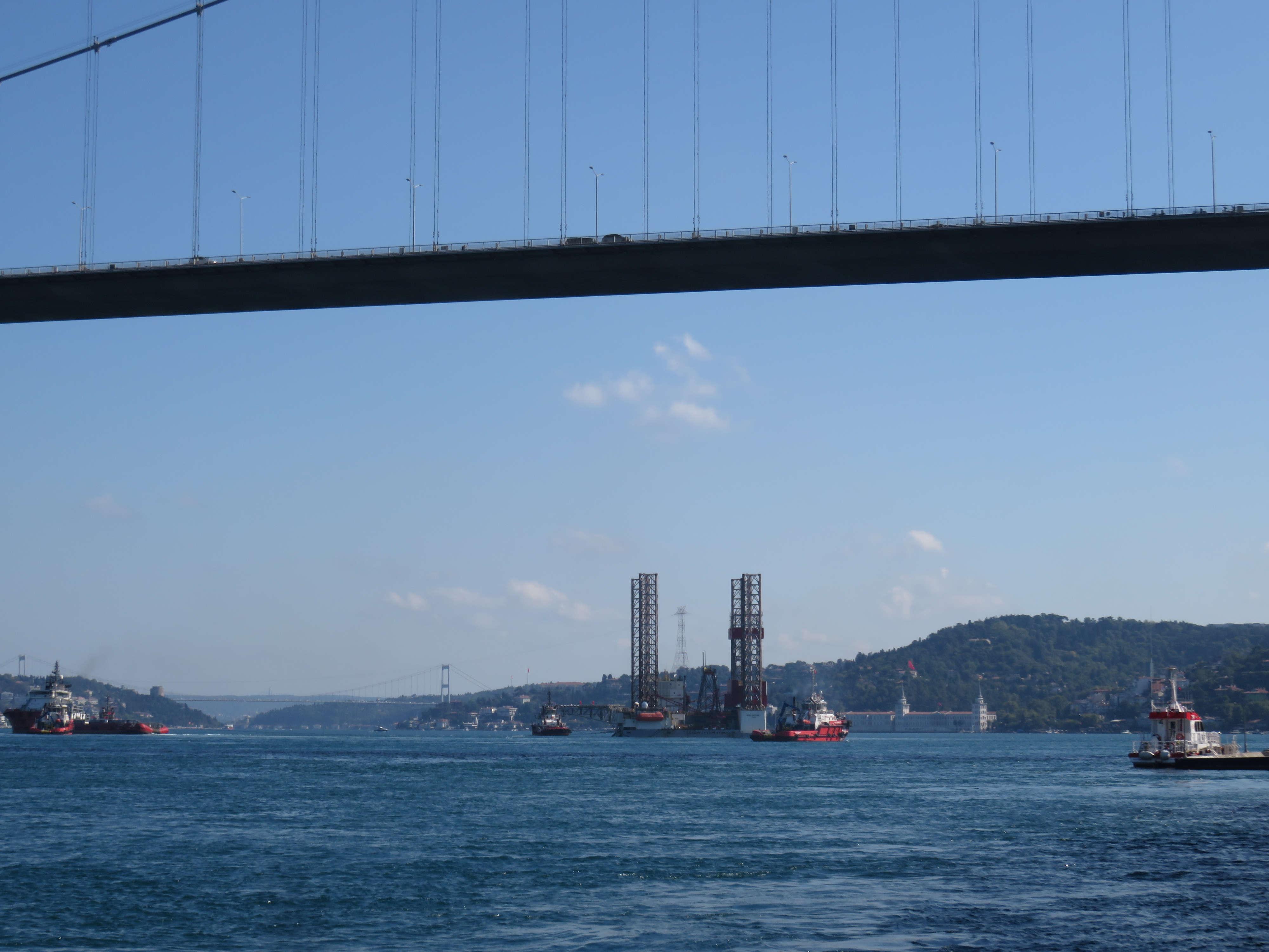 dev-petrol-platformu-istanbul-bogazindan-geciyor-1-8647-dhaphoto3.jpg