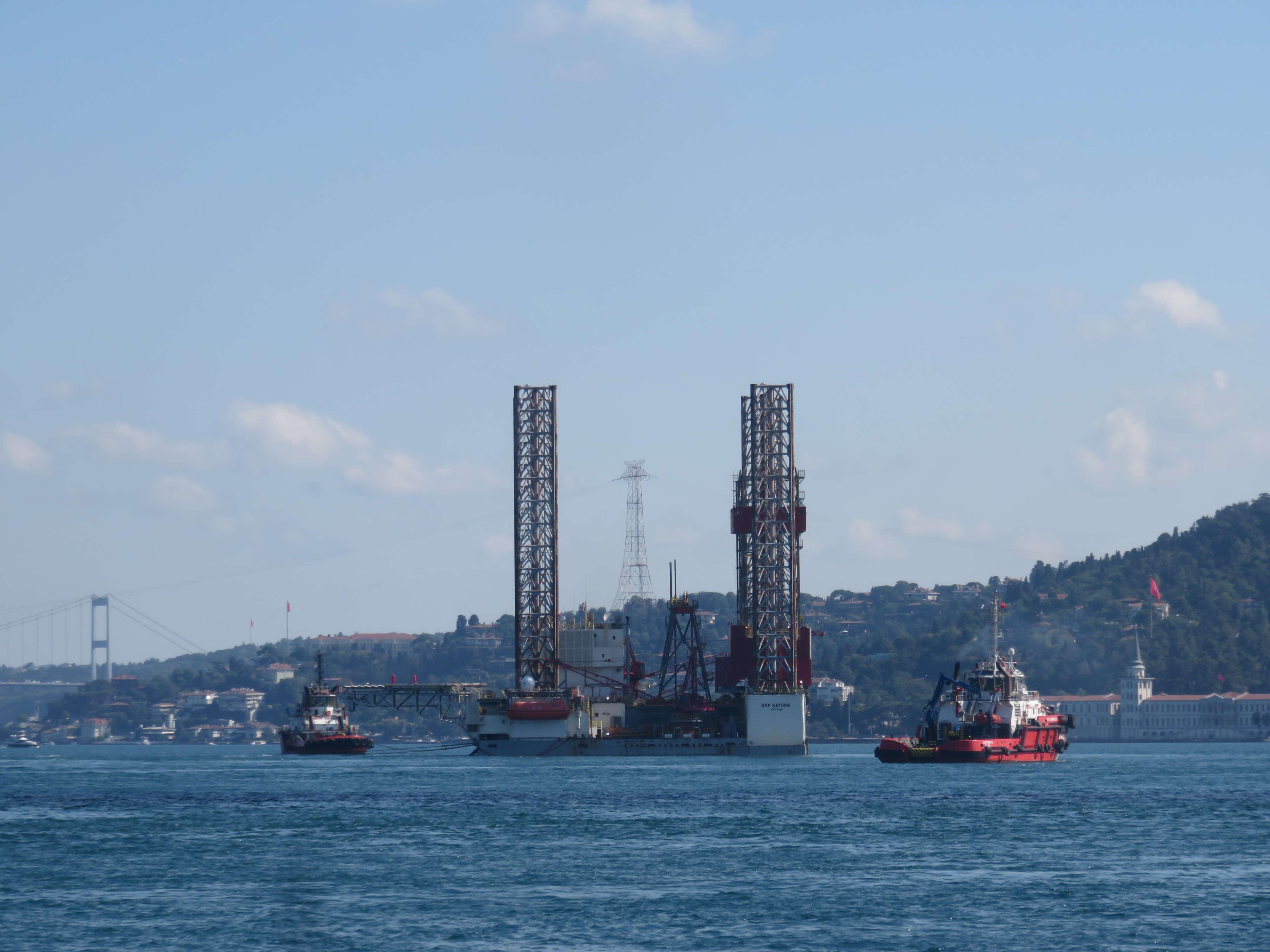 dev-petrol-platformu-istanbul-bogazindan-geciyor-1-8647-dhaphoto4.jpg