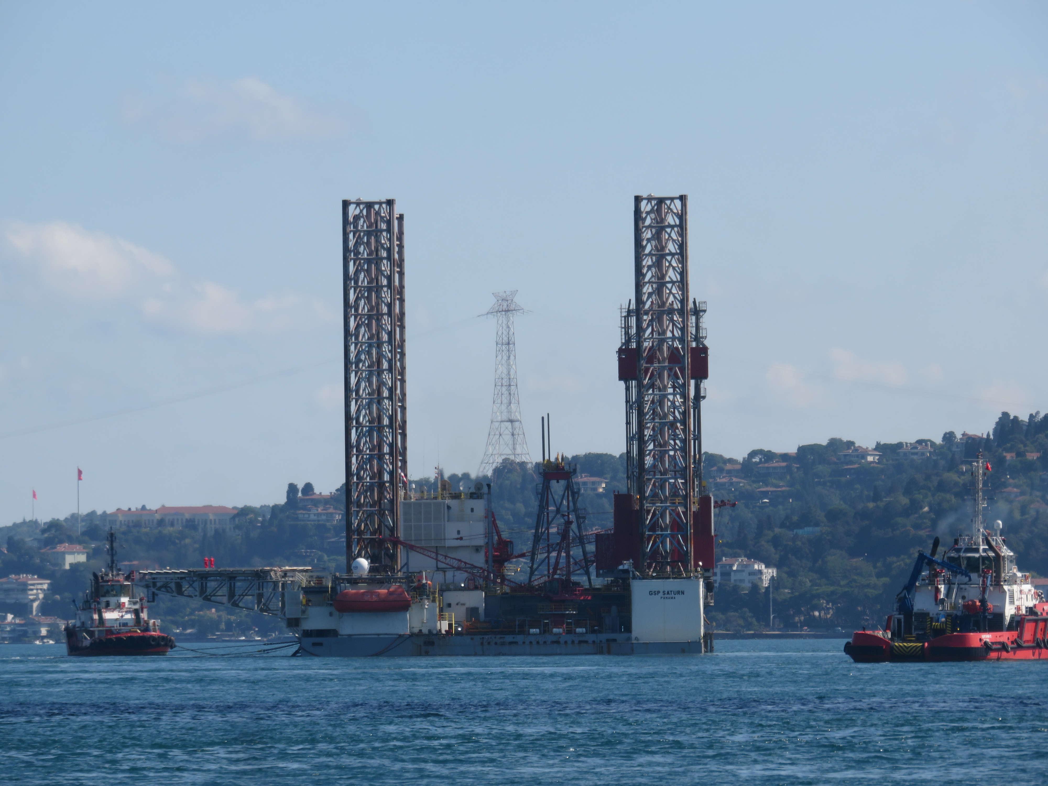 dev-petrol-platformu-istanbul-bogazindan-geciyor-1-8647-dhaphoto5.jpg