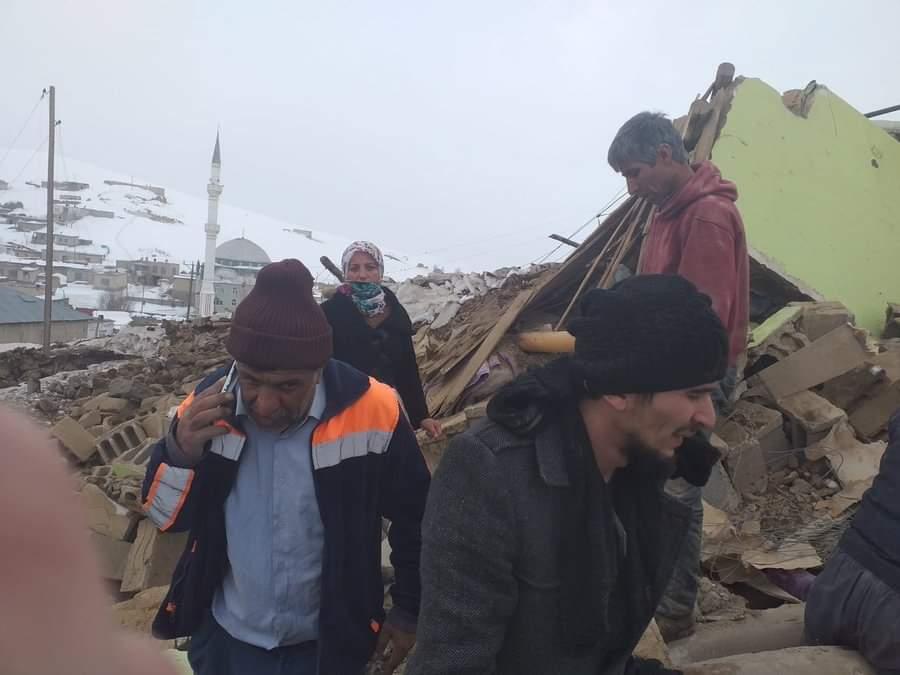 iran-sinirinda-5-9-buyuklugunde-deprem-baskalede-7-kisi-hayatini-kaybetti-ek-fotograf-4647-dhaphoto2.jpg