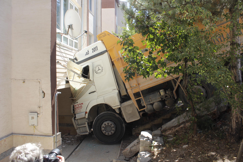 kamyonun-carptigi-apartmanin-duvari-yikildi-3326-dhaphoto1.jpg