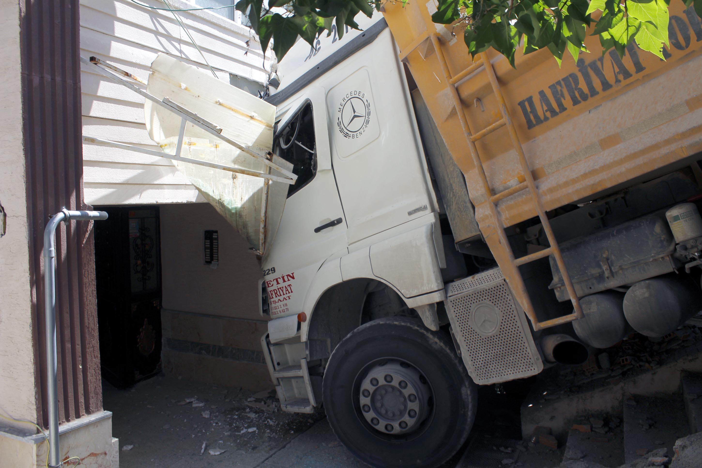 kamyonun-carptigi-apartmanin-duvari-yikildi-3326-dhaphoto2.jpg