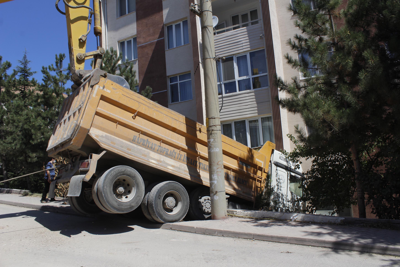 kamyonun-carptigi-apartmanin-duvari-yikildi-3326-dhaphoto3.jpg