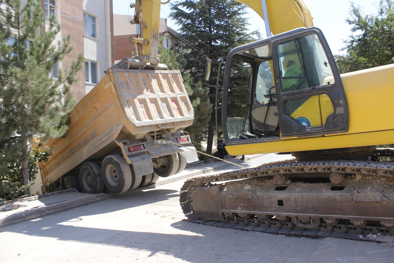 kamyonun-carptigi-apartmanin-duvari-yikildi-3326-dhaphoto4.jpg
