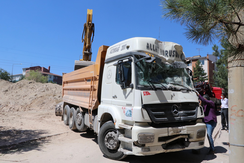 kamyonun-carptigi-apartmanin-duvari-yikildi-3326-dhaphoto6.jpg