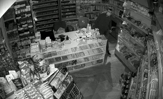 markete-giren-hirsiz-susayinca-dolaptan-su-icip-calmaya-devam-etti-8996-dhaphoto2.jpg