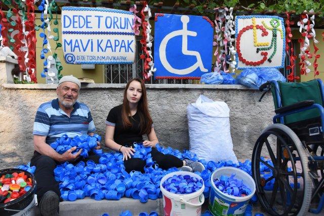 mavi-kapak-toplayan-dede-ve-torunun-sosyal-medya-hesabi-calindi_7764_dhaphoto3.jpg
