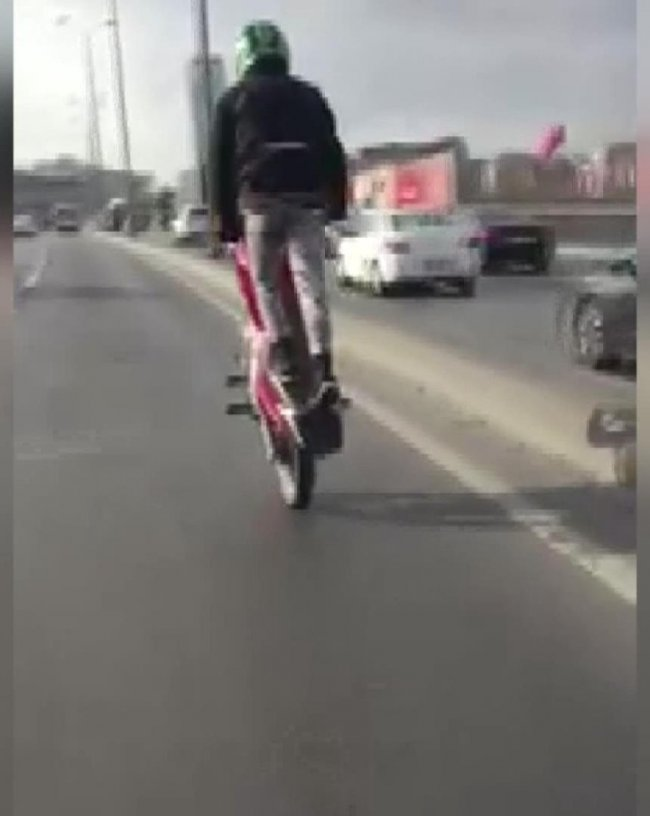 motosikletin-tek-teker-uzerindeki-tehlikeli-yolculugu-kamerada-7896-dhaphoto1.jpg
