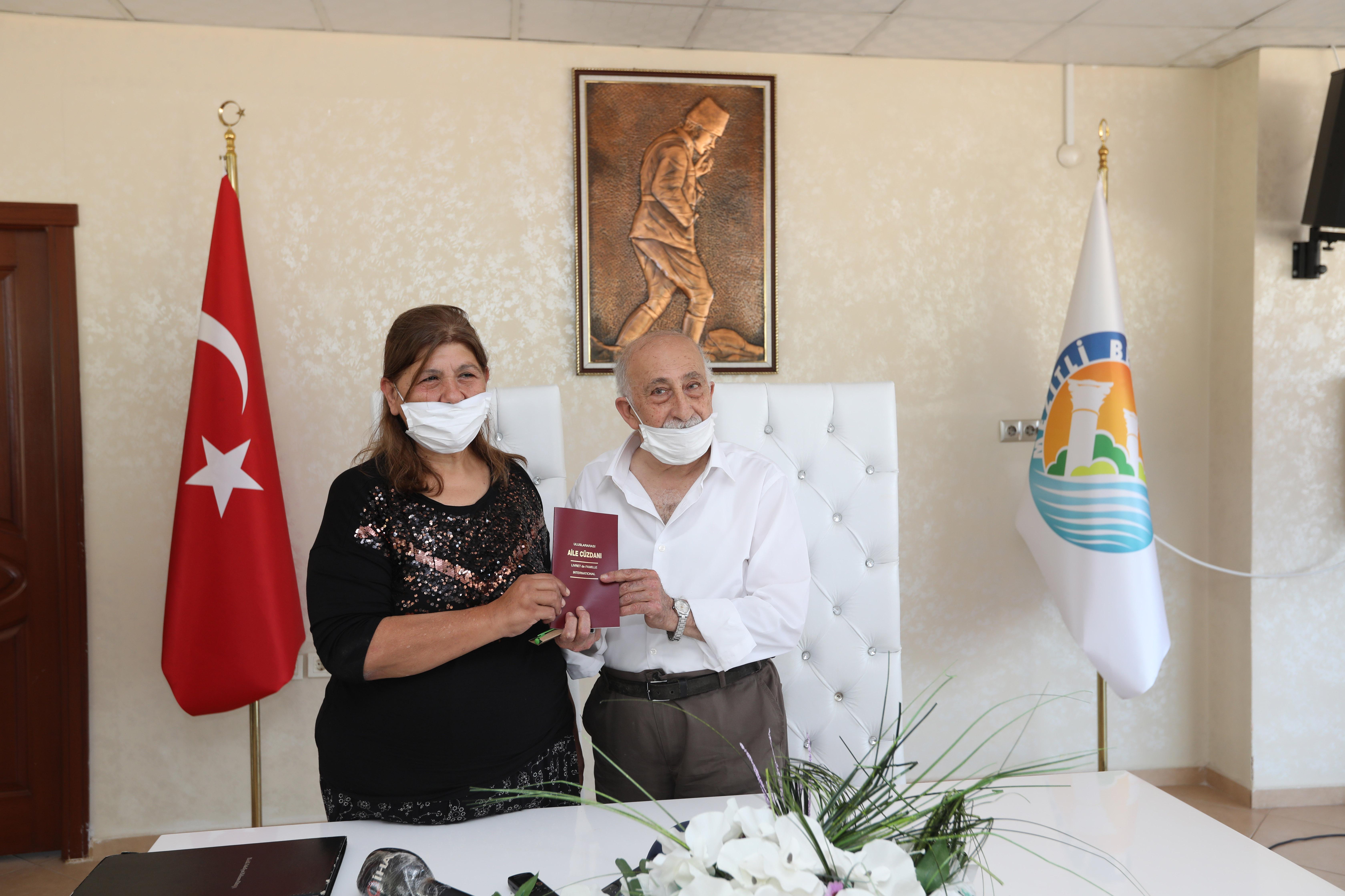 nazik-siparisiyle-turkiyenin-tanidigi-burhan-amca-ayrildigi-esiyle-30-yil-sonra-yeniden-evlendi-3014-dhaphoto1.jpg