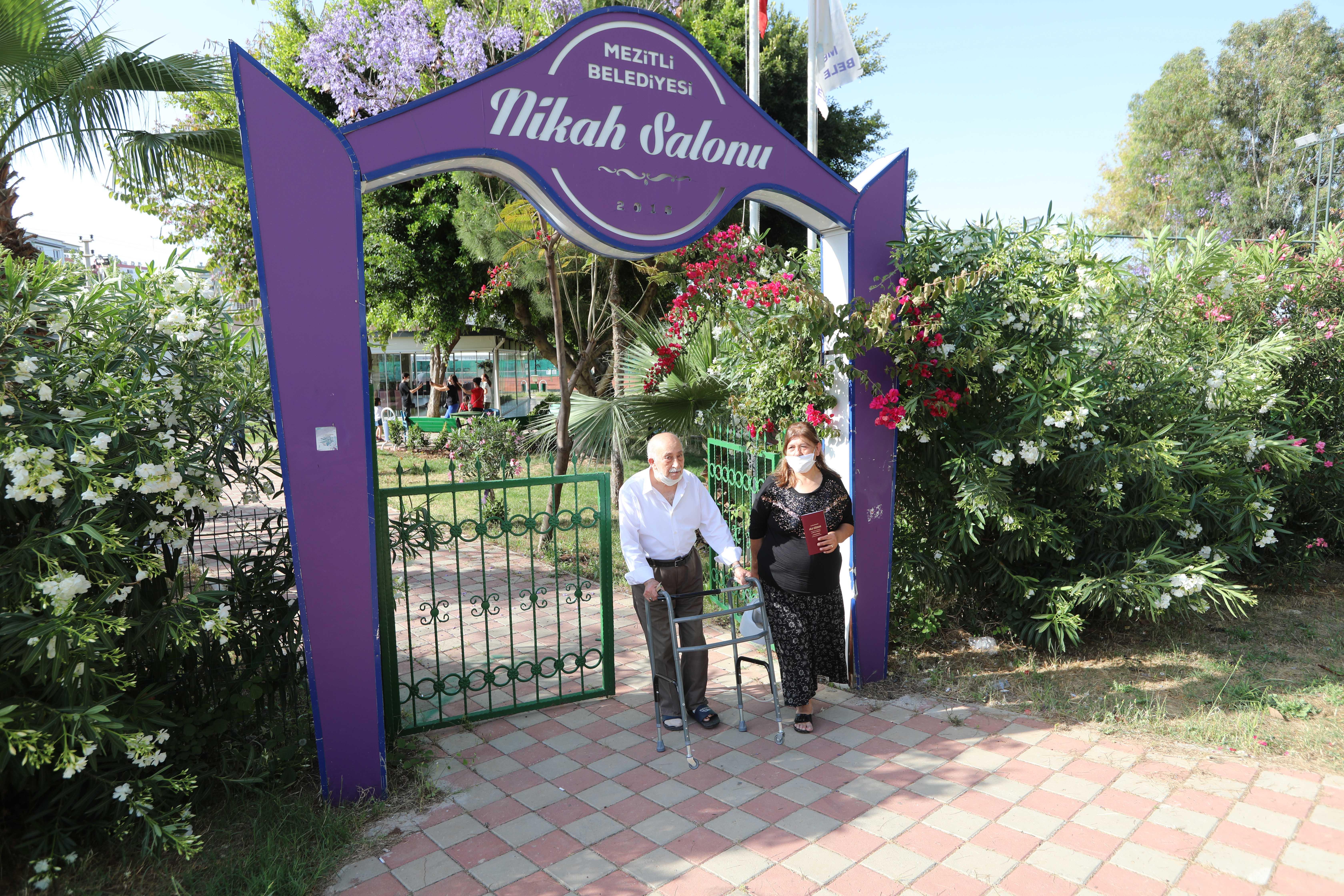 nazik-siparisiyle-turkiyenin-tanidigi-burhan-amca-ayrildigi-esiyle-30-yil-sonra-yeniden-evlendi-3014-dhaphoto5-001.jpg