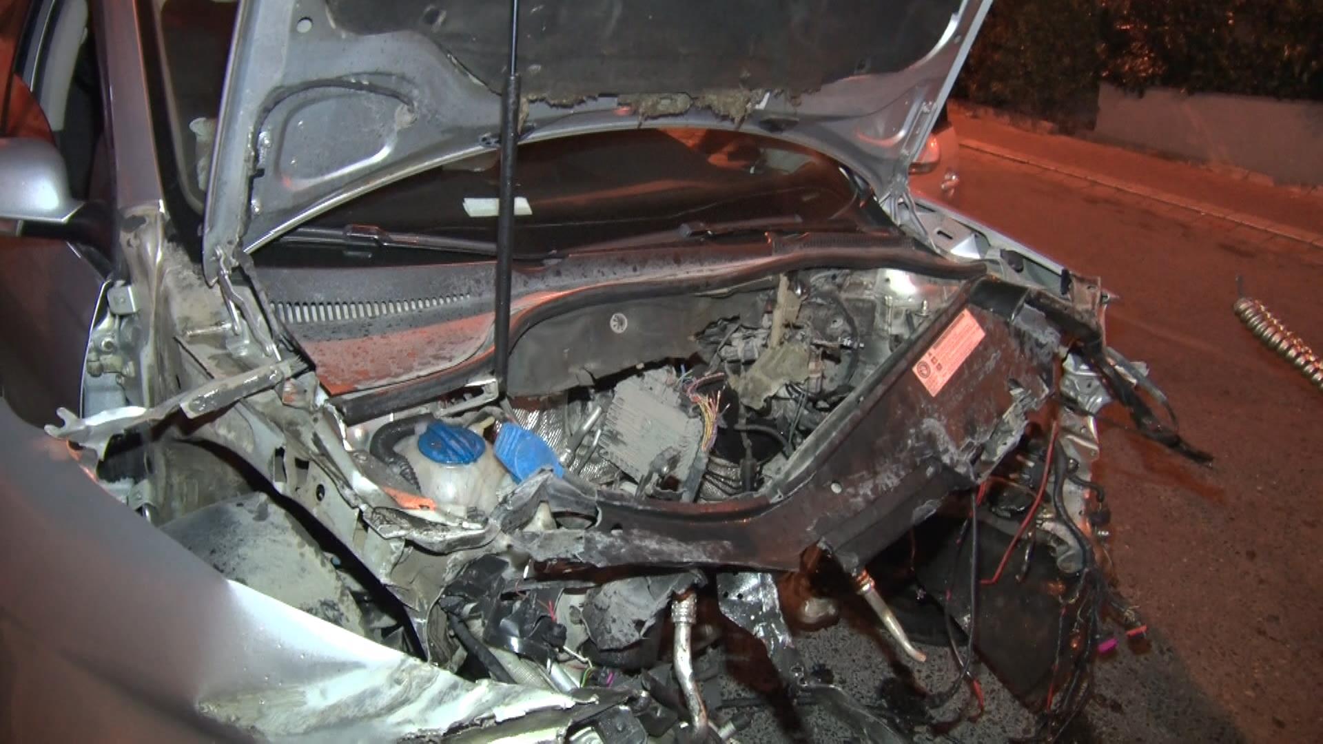 otomobil-bariyerlere-carpti-yola-dokulen-yag-ve-parcalar-ikinci-kazaya-neden-oldu-8401-dhaphoto3.jpg