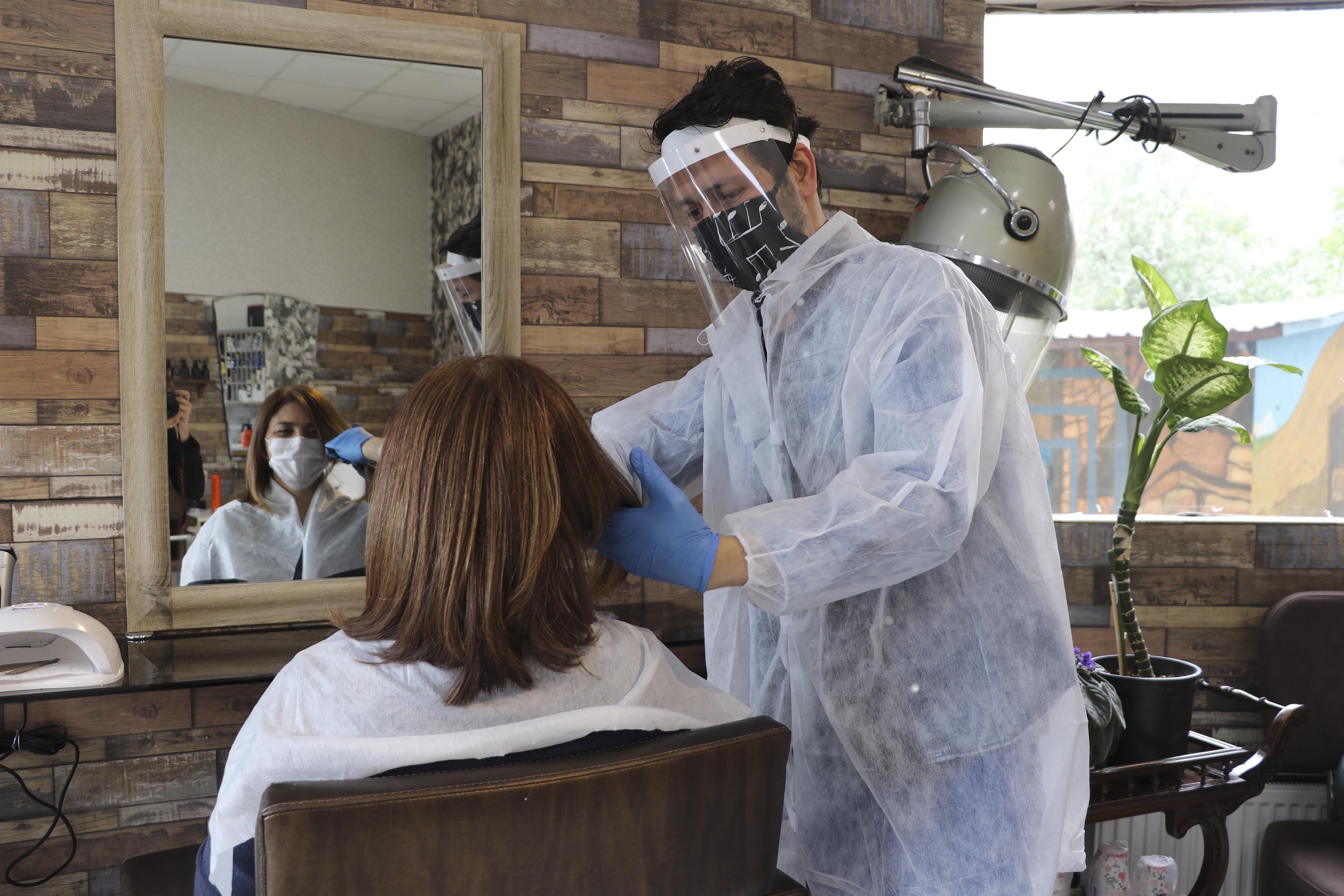 pandemi-surecinde-makyaj-yapan-ve-yaptiran-kisi-icin-riskli-3070-dhaphoto3.jpg