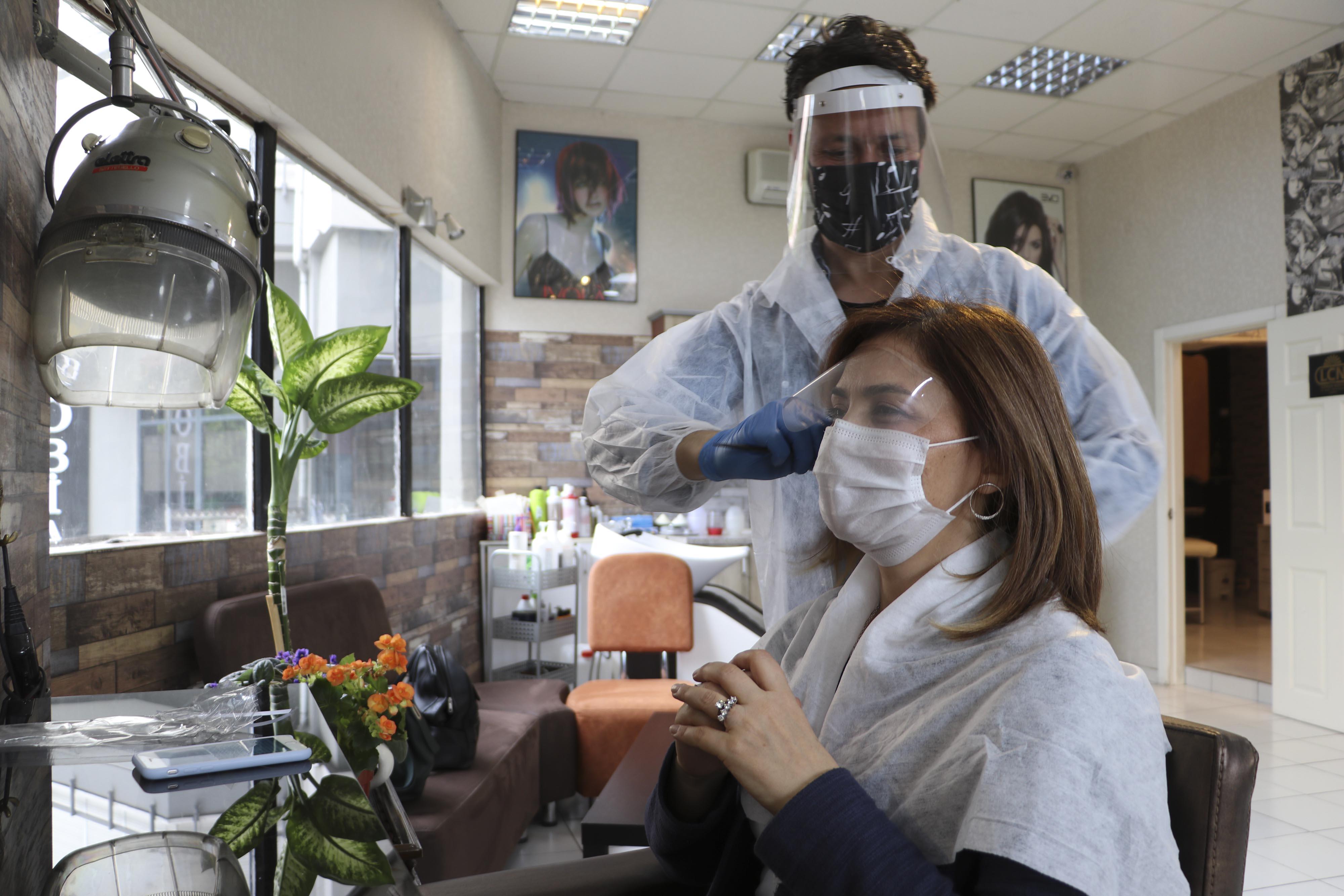 pandemi-surecinde-makyaj-yapan-ve-yaptiran-kisi-icin-riskli-3070-dhaphoto6.jpg
