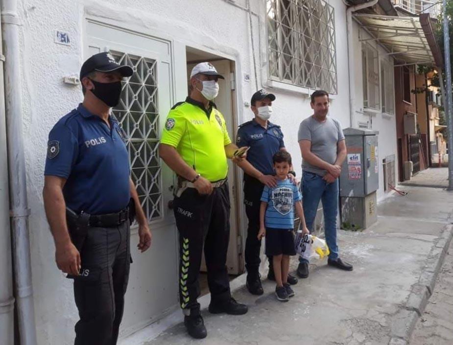Polis korkusundan sokağa çıkamayan Ömer'e sürpriz ziyaret