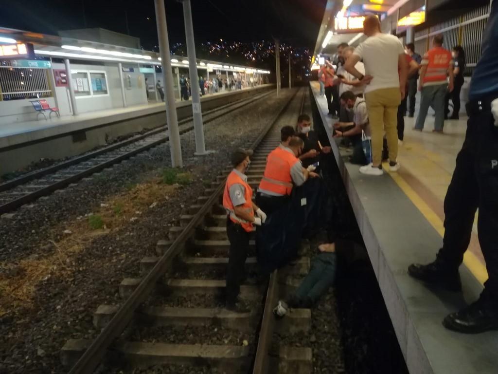 raylara-atlayan-kisi-trenin-carpmasiyla-oldu-2997-dhaphoto2.jpg