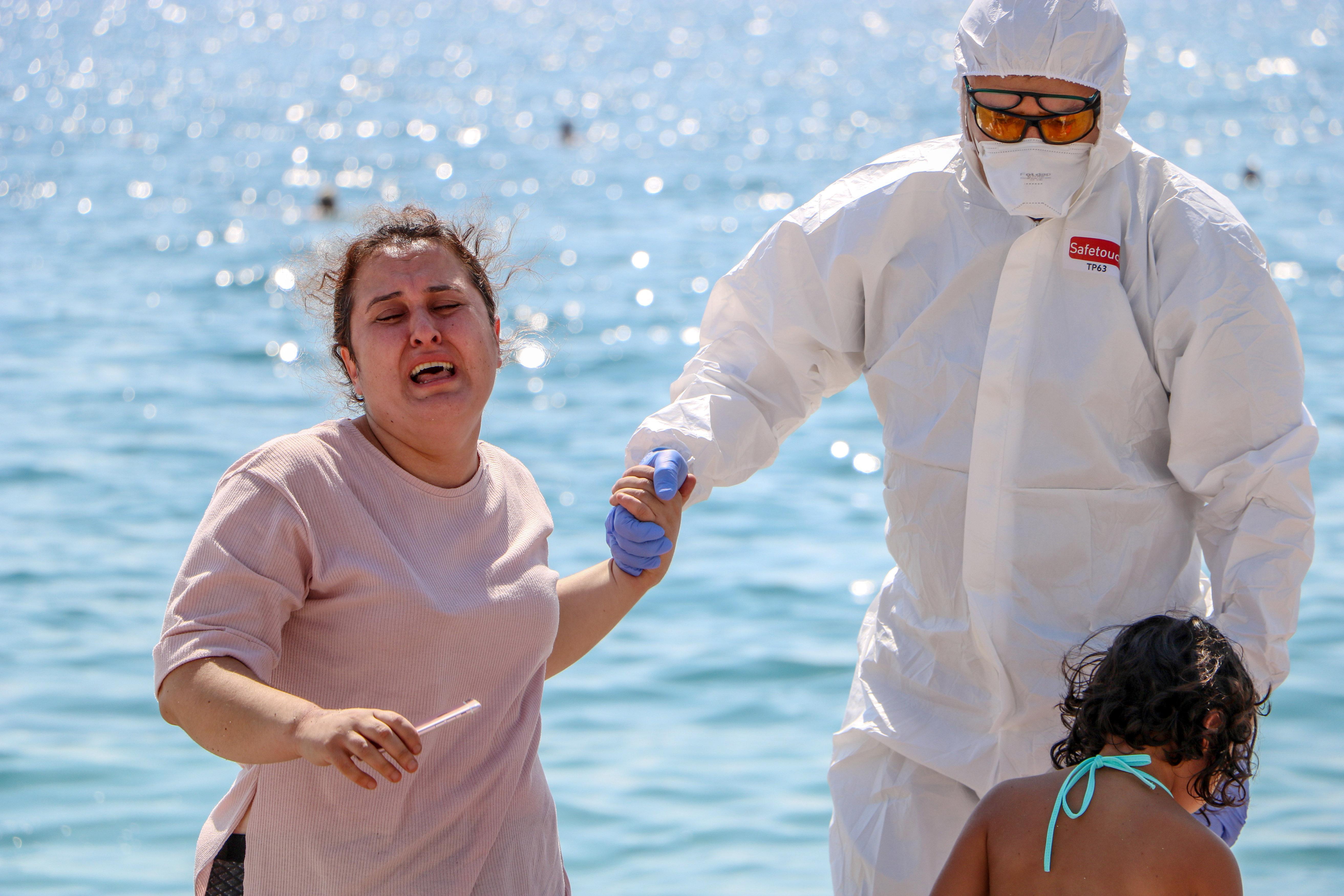 sahilde-olmek-istemiyorum-diye-aglayan-kadin-koronaviruslu-cikti-6844-dhaphoto10.jpg