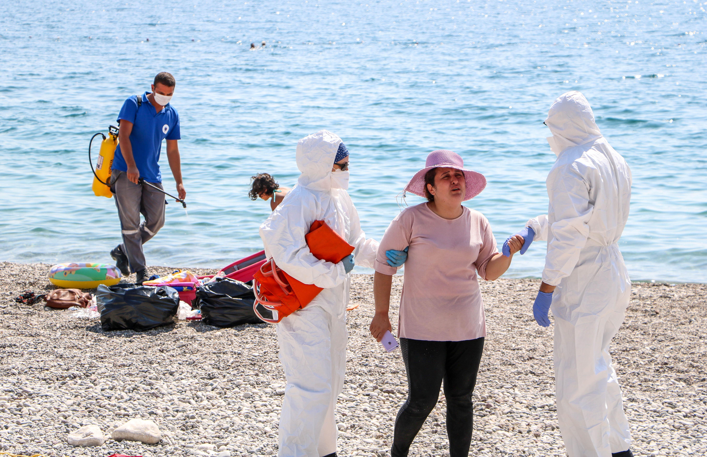 sahilde-olmek-istemiyorum-diye-aglayan-kadin-koronaviruslu-cikti-6844-dhaphoto11.jpg