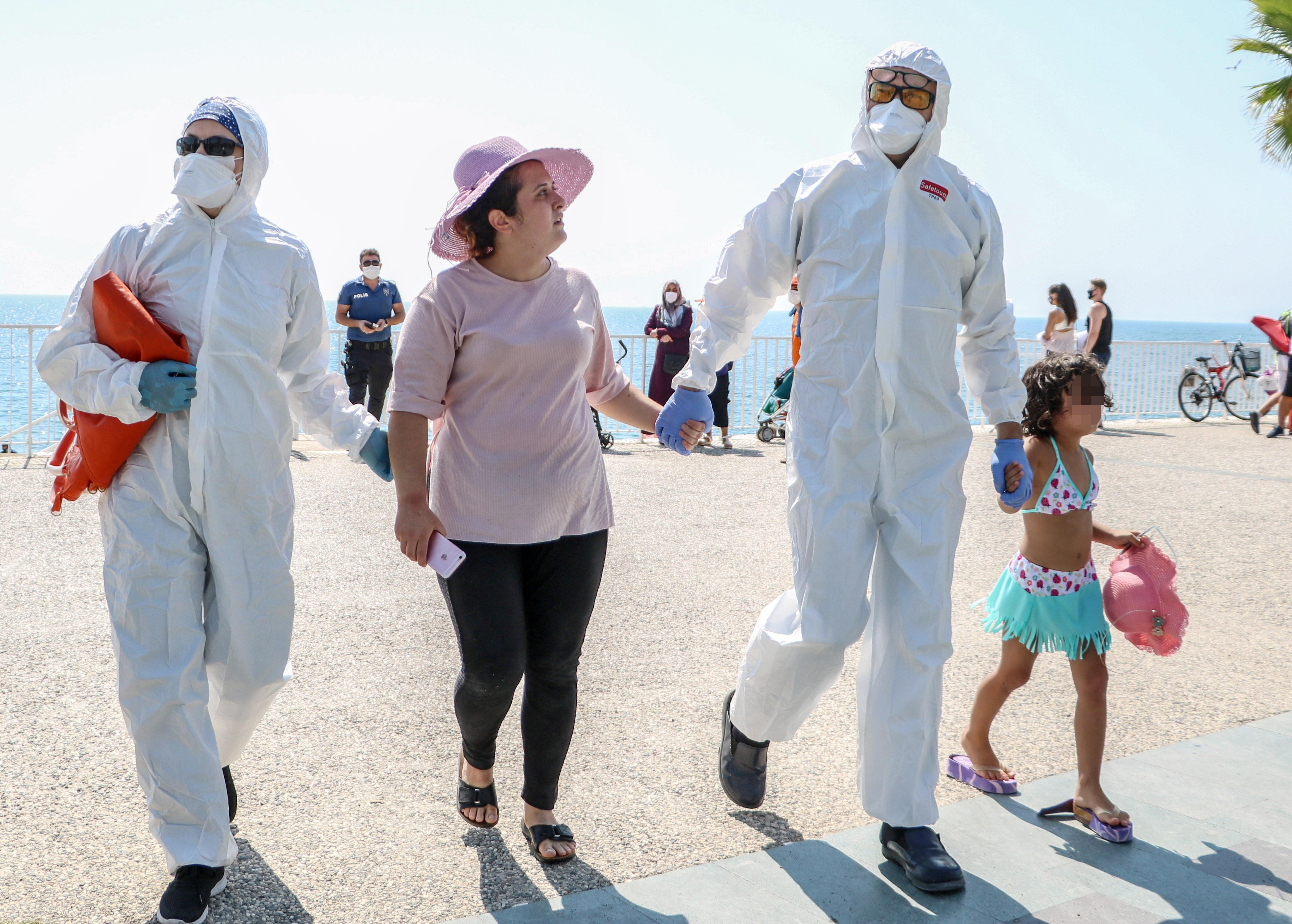 sahilde-olmek-istemiyorum-diye-aglayan-kadin-koronaviruslu-cikti-6844-dhaphoto12.jpg