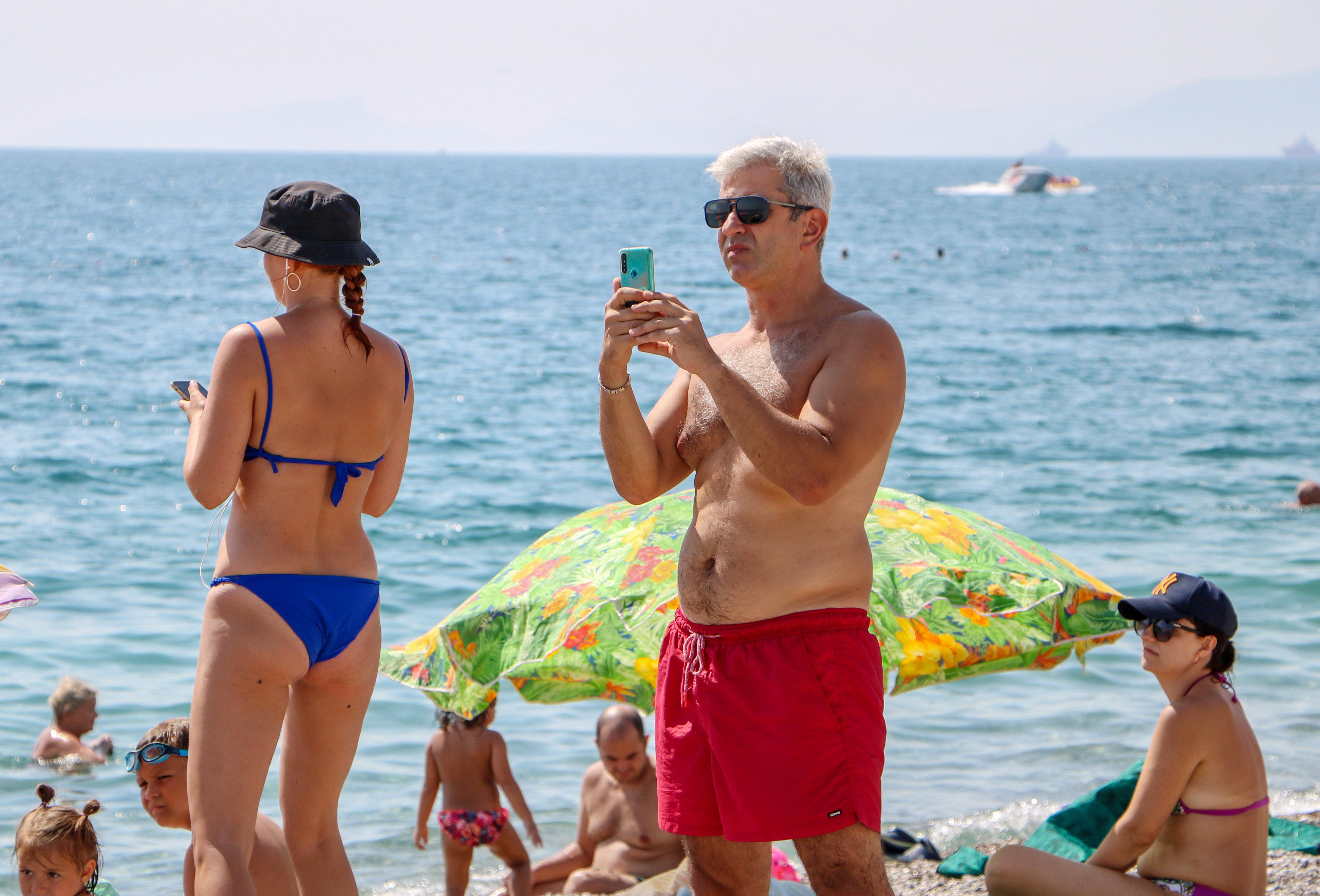 sahilde-olmek-istemiyorum-diye-aglayan-kadin-koronaviruslu-cikti-6844-dhaphoto13.jpg