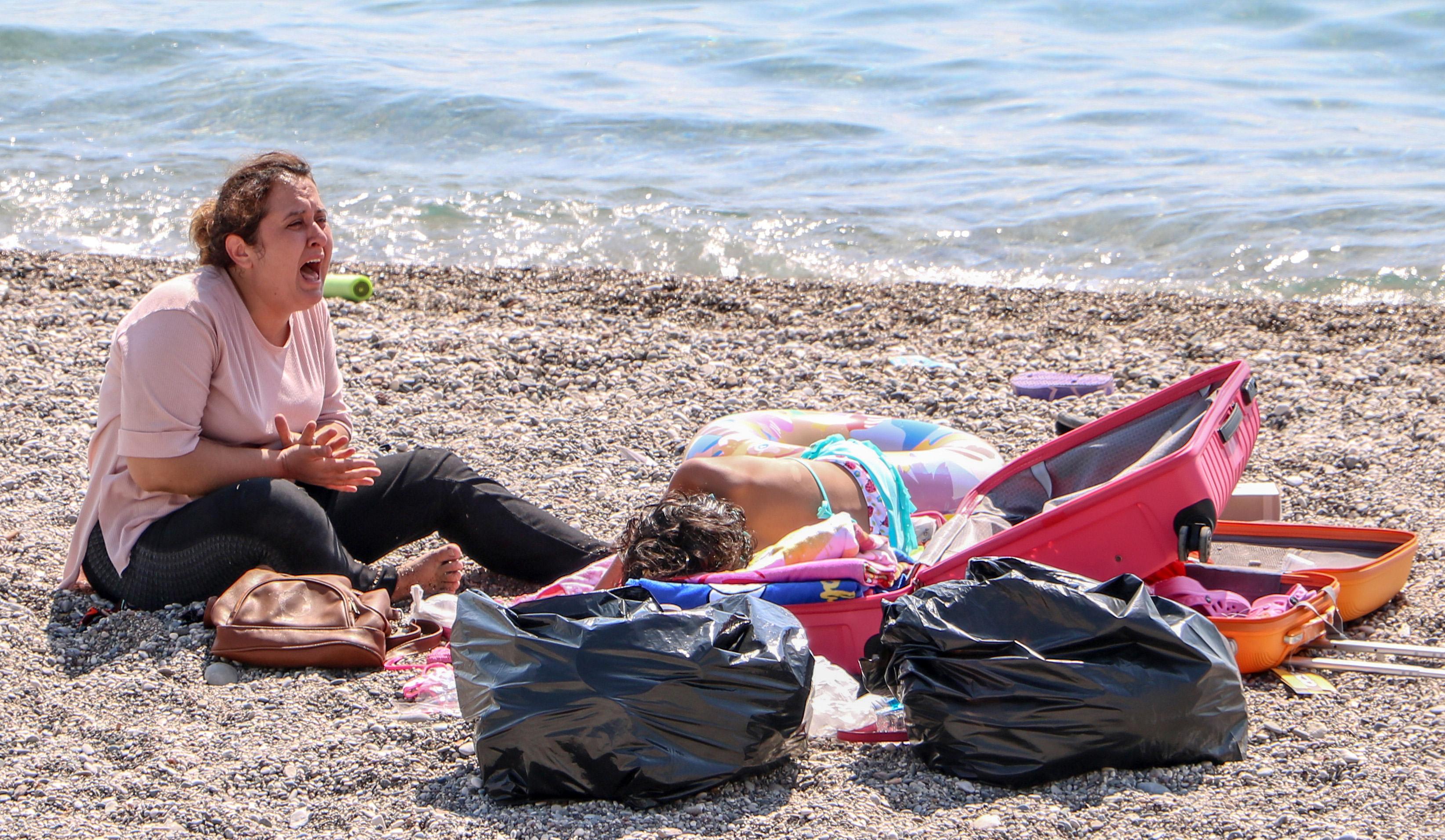 sahilde-olmek-istemiyorum-diye-aglayan-kadin-koronaviruslu-cikti-6844-dhaphoto2.jpg