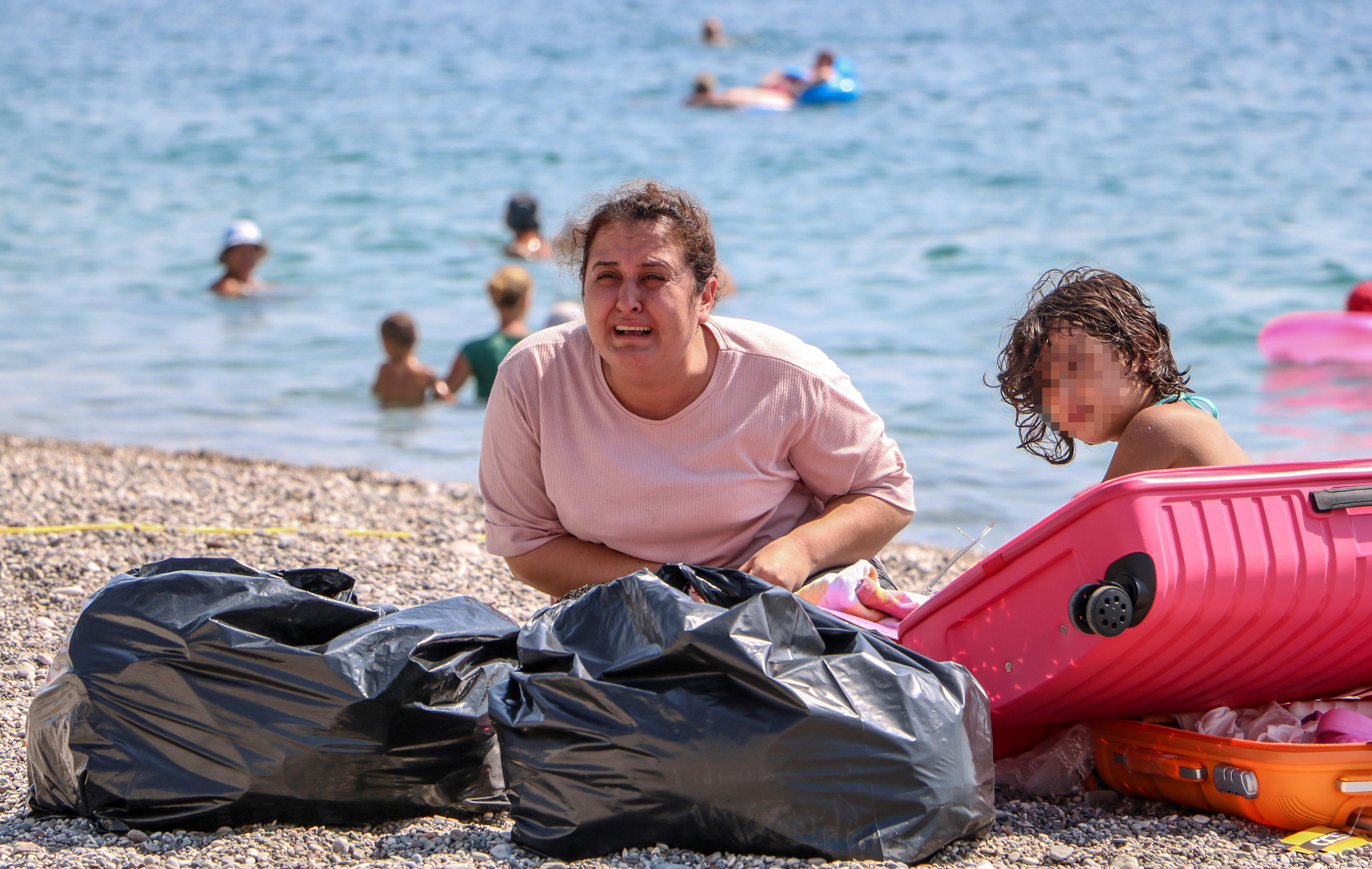 sahilde-olmek-istemiyorum-diye-aglayan-kadin-koronaviruslu-cikti-6844-dhaphoto4.jpg