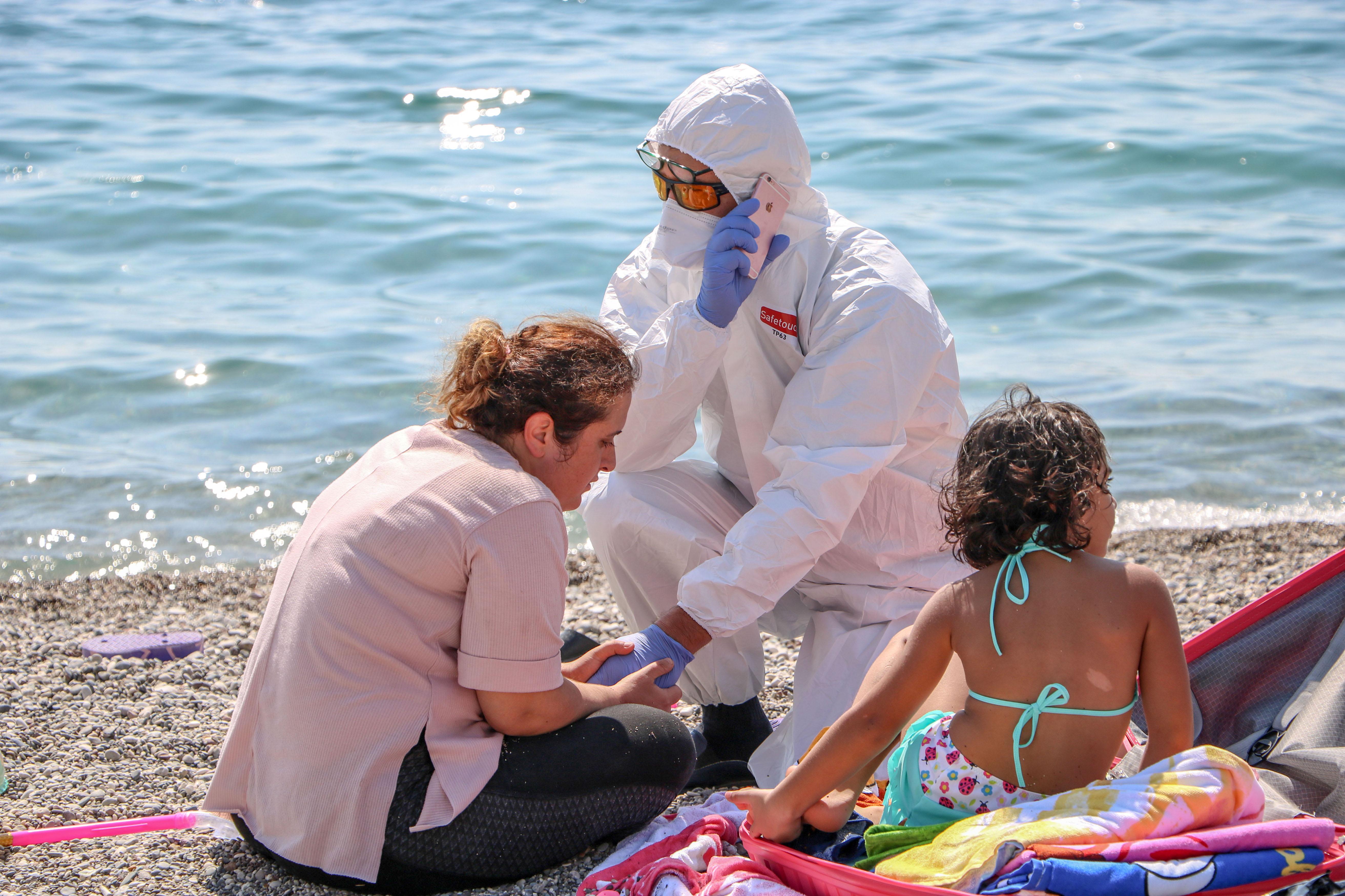 sahilde-olmek-istemiyorum-diye-aglayan-kadin-koronaviruslu-cikti-6844-dhaphoto5.jpg