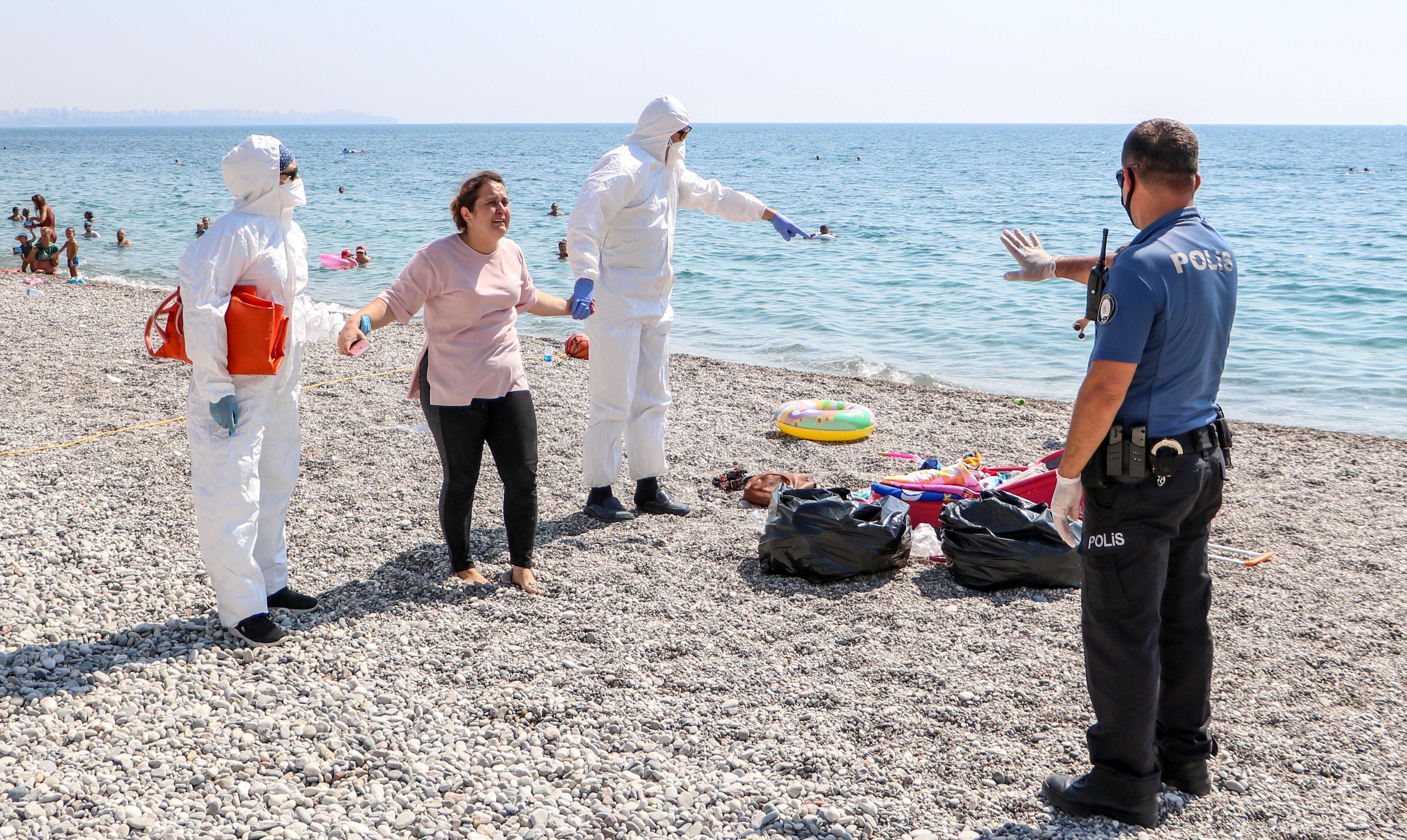 sahilde-olmek-istemiyorum-diye-aglayan-kadin-koronaviruslu-cikti-6844-dhaphoto9.jpg
