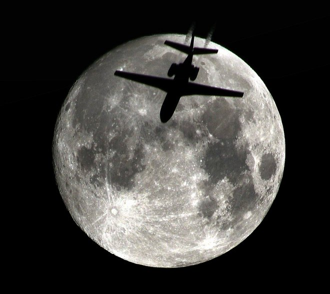 yolcu-ucagi-ile-dolunay-ayni-karede_2997_dhaphoto1.jpg